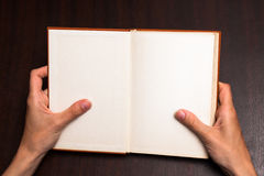 Κράτημα ενός βιβλίου στοκ εικόνα