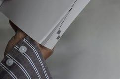 Κράτημα ενός βιβλίου Στοκ Φωτογραφίες