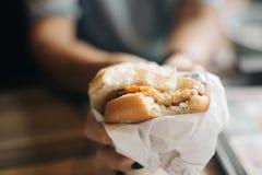 Κράτημα εύγευστου burger κοτόπουλου στοκ εικόνα με δικαίωμα ελεύθερης χρήσης