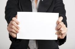 Κράτημα μιας κάρτας εγγράφου στοκ εικόνα με δικαίωμα ελεύθερης χρήσης