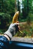 Κράτημα μιας μπανάνας από ένα παράθυρο αυτοκινήτων στοκ εικόνες με δικαίωμα ελεύθερης χρήσης