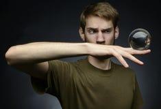 Κράτημα μιας σφαίρας κρυστάλλου Στοκ Φωτογραφίες