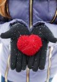 Κράτημα της κόκκινης καρδιάς στοκ φωτογραφίες με δικαίωμα ελεύθερης χρήσης