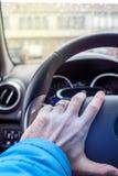 Κράτημα της οδηγώντας ρόδας με το αριστερό χέρι Στοκ Εικόνες