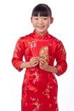 Κράτημα του κόκκινου κινεζικού κοριτσιού φακέλων Στοκ εικόνα με δικαίωμα ελεύθερης χρήσης