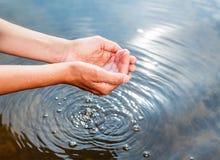 Κράτημα του νερού στα κοίλα χέρια Στοκ φωτογραφίες με δικαίωμα ελεύθερης χρήσης