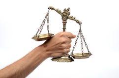 Κράτημα των διακοσμητικών κλιμάκων της δικαιοσύνης στοκ φωτογραφία με δικαίωμα ελεύθερης χρήσης