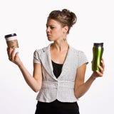 κράτημα φλυτζανιών καφέ επ&iota στοκ φωτογραφία