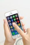 Κράτημα χεριών γυναικών και σχετικά με ένα iPhone της Apple 5s Στοκ φωτογραφία με δικαίωμα ελεύθερης χρήσης