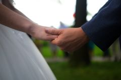 κράτημα χεριών ζευγών στοκ φωτογραφίες με δικαίωμα ελεύθερης χρήσης