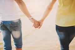 κράτημα χεριών ζευγών Καλοκαίρι ερωτευμένο Στοκ φωτογραφία με δικαίωμα ελεύθερης χρήσης