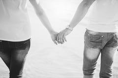 κράτημα χεριών ζευγών Καλοκαίρι ερωτευμένο Στοκ εικόνες με δικαίωμα ελεύθερης χρήσης