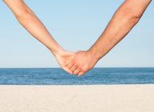 κράτημα χεριών ζευγών παραλιών Στοκ φωτογραφία με δικαίωμα ελεύθερης χρήσης