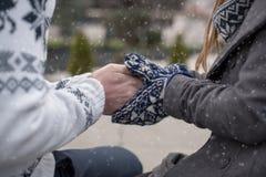 κράτημα χεριών ζευγών Στοκ Εικόνες