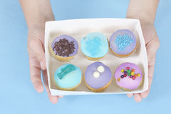 κράτημα χεριών κέικ Στοκ εικόνα με δικαίωμα ελεύθερης χρήσης