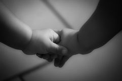 κράτημα χεριών παιδιών Στοκ φωτογραφία με δικαίωμα ελεύθερης χρήσης