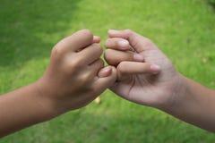κράτημα χεριών παιδιών Στοκ Εικόνες