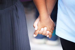 κράτημα χεριών παιδιών Στοκ εικόνα με δικαίωμα ελεύθερης χρήσης