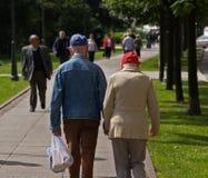 κράτημα χεριών grandpa grandma Στοκ Εικόνα