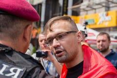 Κράτηση ενός μέλους της εθελοντικής εθνικής αστυνομίας Sich ταγμάτων κατά τη διάρκεια θρησκευτικού ουκρανικού ορθόδοξου parishion Στοκ Φωτογραφία