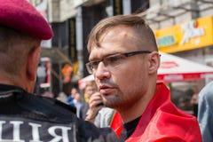 Κράτηση ενός μέλους της εθελοντικής εθνικής αστυνομίας Sich ταγμάτων κατά τη διάρκεια θρησκευτικού ουκρανικού ορθόδοξου parishion Στοκ Εικόνες