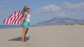 κράτη σημαίας που ενώνονται Όμορφο κορίτσι στο ωκεάνιο αργό MO απόθεμα βίντεο