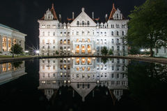 Κράτος της Νέας Υόρκης Capitol που χτίζει τη νύχτα Στοκ Εικόνα