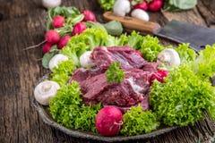 κρέας βόειου κρέατος ακ&al Ακατέργαστη tenderloin βόειου κρέατος μπριζόλα σε έναν πίνακα κοπής με το άλας πιπεριών δεντρολιβάνου  Στοκ εικόνα με δικαίωμα ελεύθερης χρήσης