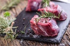 κρέας βόειου κρέατος ακ&al Ακατέργαστη tenderloin βόειου κρέατος μπριζόλα σε έναν πίνακα κοπής με το άλας πιπεριών δεντρολιβάνου  Στοκ φωτογραφίες με δικαίωμα ελεύθερης χρήσης