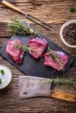κρέας βόειου κρέατος ακ&al Ακατέργαστη tenderloin βόειου κρέατος μπριζόλα σε έναν πίνακα κοπής με το άλας πιπεριών δεντρολιβάνου  Στοκ Εικόνες