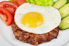 Κρέας βόειου κρέατος μπριζόλας με το τηγανισμένο αυγό Στοκ Εικόνες