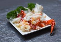 Κρέας καβουριών στο άσπρο πιάτο με τα καρυκεύματα για τα μαγειρευμένα θαλασσινά - κόκκινα πόδια καβουριών στοκ φωτογραφία