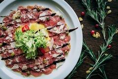 Κρέας και λαχανικά σε ένα άσπρο πιάτο Στοκ εικόνες με δικαίωμα ελεύθερης χρήσης