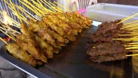 Κρέας και κοτόπουλο σχαρών satay με τον ξυλάνθρακα τη νύχτα απόθεμα βίντεο