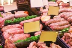 Κρέας και λουκάνικα σε ένα κατάστημα χασάπηδων στοκ φωτογραφία με δικαίωμα ελεύθερης χρήσης