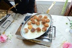 Κρέας κεφτών σε ένα τηγανίζοντας τηγάνι Στοκ Εικόνες