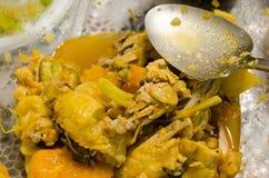 Κρέας κοτόπουλου με τα λαχανικά και το κουτάλι αργιλίου Στοκ φωτογραφία με δικαίωμα ελεύθερης χρήσης
