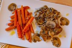 Κρέας κοτόπουλου, τεμαχισμένα καρότα και μανιτάρια στοκ εικόνες με δικαίωμα ελεύθερης χρήσης