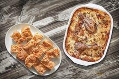 Κρέας κοτόπουλου με τις φυτικές Stew και Gibanica φέτες πιτών τυριών στις πιατέλες στην παλαιά ξύλινη επιτραπέζια επιφάνεια κήπων Στοκ φωτογραφία με δικαίωμα ελεύθερης χρήσης