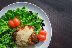 Κρέας μερίδας με τα λαχανικά σε ένα πιάτο στον πίνακα Στοκ φωτογραφία με δικαίωμα ελεύθερης χρήσης