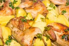 Κρέας ορτυκιών που ψήνεται στο φούρνο Πρόσφατα μαγειρευμένα ορτύκια με ένα δευτερεύον πιάτο των καινούριων πατατών και του μαϊντα Στοκ Φωτογραφίες