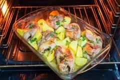 Κρέας ορτυκιών που ψήνεται στο φούρνο Πρόσφατα μαγειρευμένα ορτύκια με ένα δευτερεύον πιάτο των καινούριων πατατών και του μαϊντα Στοκ φωτογραφίες με δικαίωμα ελεύθερης χρήσης