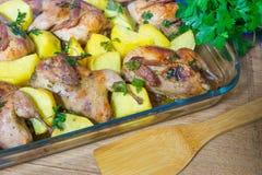 Κρέας ορτυκιών που ψήνεται στο φούρνο Πρόσφατα μαγειρευμένα ορτύκια με ένα δευτερεύον πιάτο των καινούριων πατατών και του μαϊντα Στοκ Εικόνες
