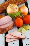 κρέας που καπνίζεται Καπνισμένες οσφυϊκές χώρες χοιρινού κρέατος της Apple ξύλο Τεμαχισμένα κρέας και λαχανικά Στοκ Εικόνες