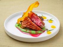 Κρέας που μαγειρεύεται στη σχάρα στοκ εικόνα
