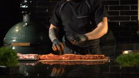 Κρέας που μαρινάρει για τη σχάρα απόθεμα βίντεο