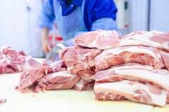 Κρέας που ξεκοκαλίζει το κατάστημα χασάπης Οι χασάπηδες κόβουν το χοιρινό κρέας Γραμμή στοκ φωτογραφία με δικαίωμα ελεύθερης χρήσης