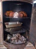 Κρέας που προετοιμάζεται που καπνίζεται στον καπνιστή σχαρών Στοκ φωτογραφία με δικαίωμα ελεύθερης χρήσης