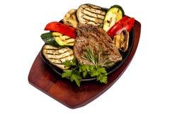 Κρέας που προετοιμάζεται σε μια σχάρα με τα λαχανικά Στοκ Εικόνες