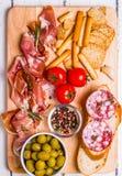 Κρέας που τίθεται για ένα γρήγορο πρόχειρο φαγητό Στοκ εικόνες με δικαίωμα ελεύθερης χρήσης